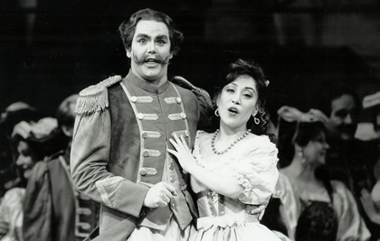 Anthony Michaels-Moore and Sumi Jo in Donizetti's <em>L'elisir d'amore</em> at the Royal Opera House, Covent Garden, 1992
